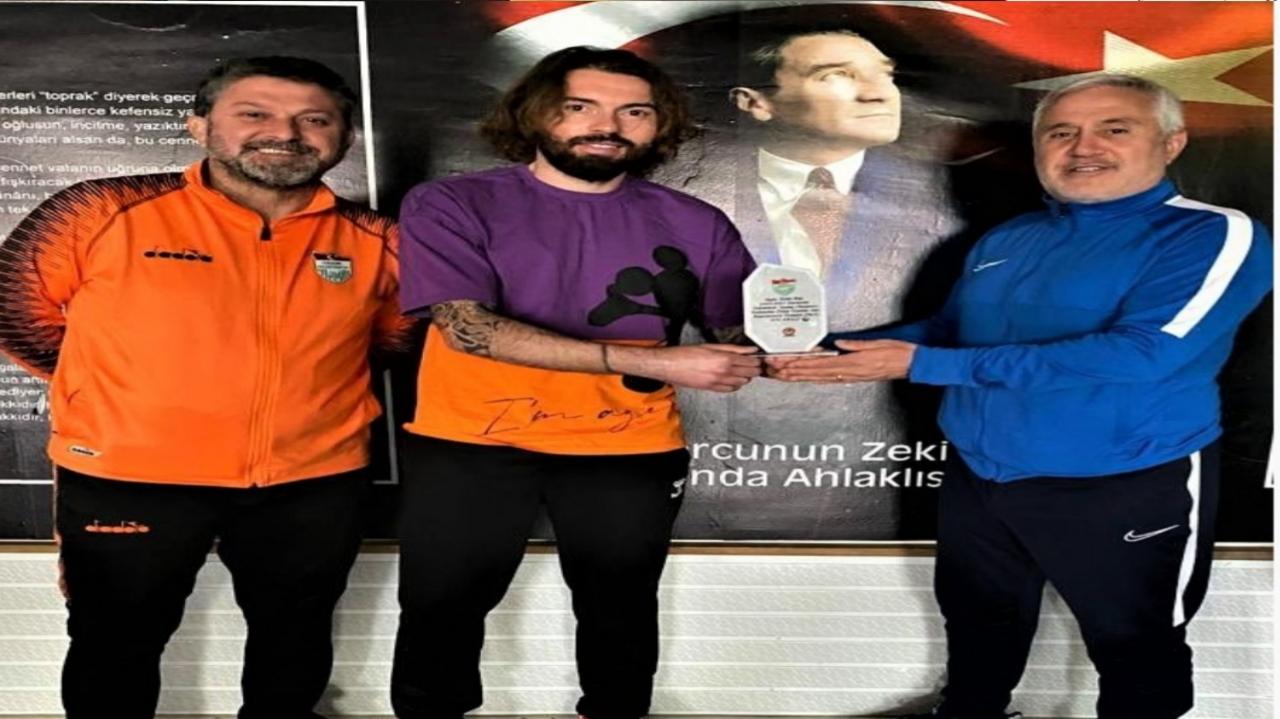 KIRŞEHİRSPOR'UN EN GOLCÜ FUTBOLCUSUNA PLAKET